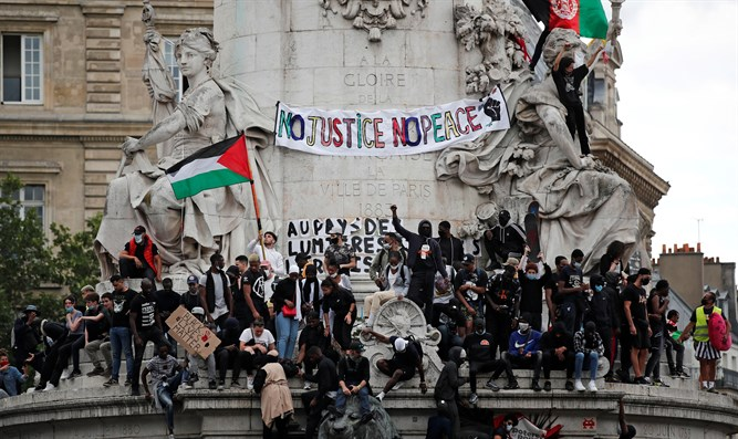 PLO flag waved at Paris rally (archive)