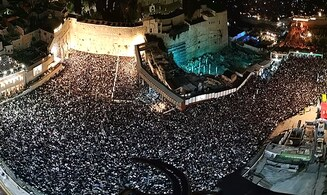 100,000 Jews gathered for Selichot prayers at Western Wall